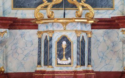 Hlavný oltár späť v kostole